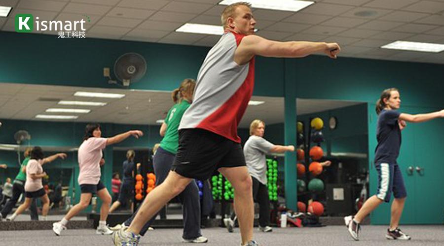 健身私教给健身房会员上课