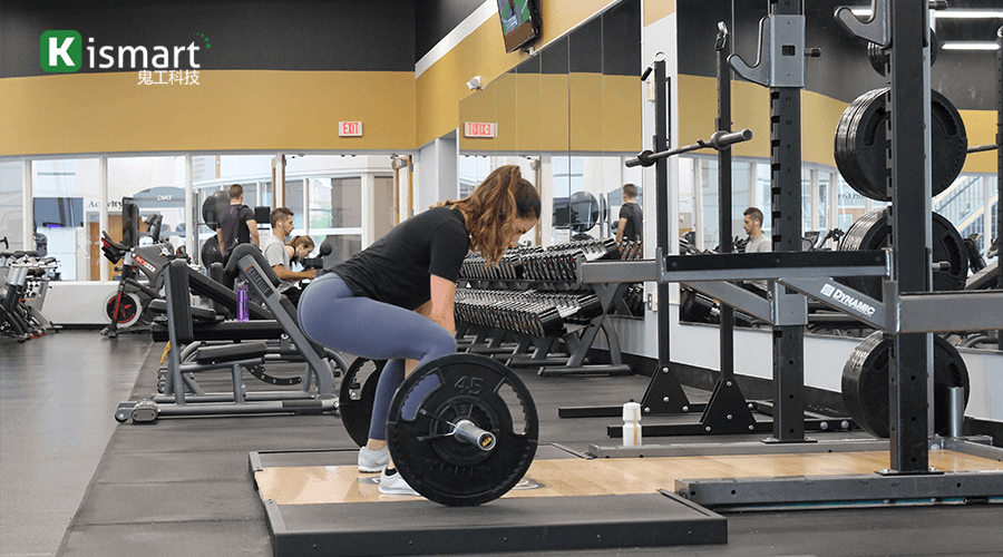 健身会员力量区训练过程